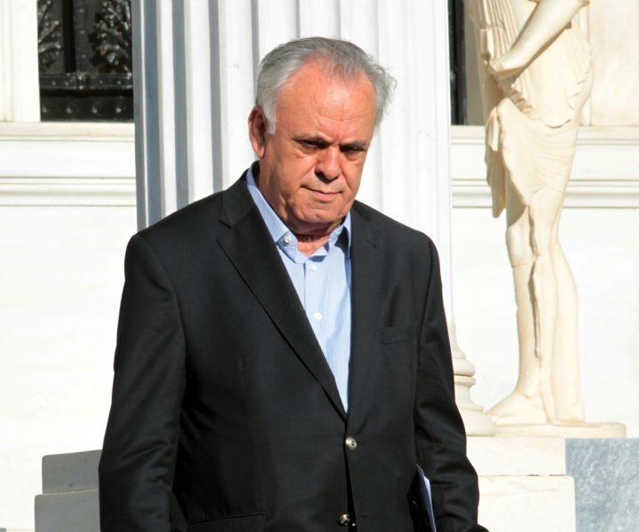 Ο αντιπρόεδρος της Κυβέρνησης Γιάννης Δραγασάκης αποχωρεί από το Μέγαρο Μαξίμου, την Παρασκευή 12 Ιουνίου 2015. Συνεδρίασε η πολιτική ομάδα διαπραγμάτευσης, υπό τον πρωθυπουργό Αλέξη Τσίπρα, στο Μέγαρο Μάξιμου, προκειμένου να καθορίσει τα επόμενα βήματα μετά τις χθεσινές εξελίξεις και την αποχώρηση του τεχνικού κλιμακίου του ΔΝΤ από τις Βρυξέλλες.  ΑΠΕ-ΜΠΕ/ΑΠΕ-ΜΠΕ/ΠΑΝΤΕΛΗΣ ΣΑΙΤΑΣ